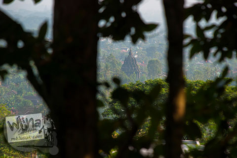 Candi Sojiwan terlihat dari ketinggian di puncak bukit hutan Dusun Dawangsari di Prambanan, Yogyakarta