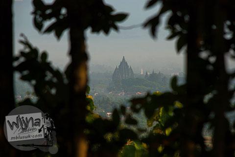 Candi Prambanan terlihat dari ketinggian di puncak bukit hutan Dusun Dawangsari di Prambanan, Yogyakarta