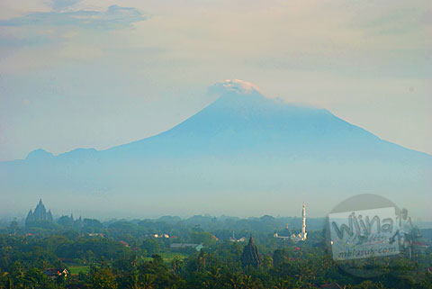 Pemandangan indah Gunung Merapi dan sawah di Dusun Dawangsari di Prambanan, Yogyakarta