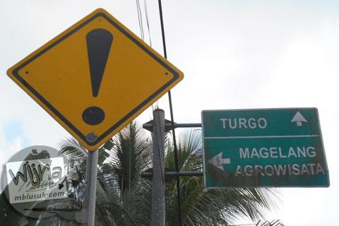 Papan petunjuk lalu lintas arah Magelang dari Turi, Sleman di tahun 2015