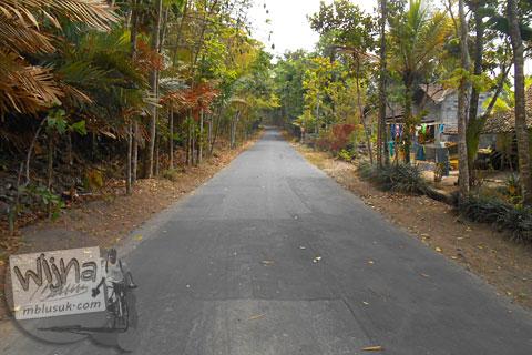 Jalan desa nanjak di dusun Puntuk, Turi di tahun 2015
