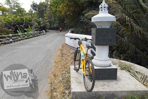 Tugu perbatasan provinsi Yogyakarta-Jawa Tengah di Turi, Sleman di tahun 2015