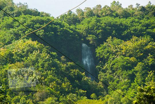 penampakan air terjun tersembunyi di bukit hutan wukirsari imogiri dari kejauhan