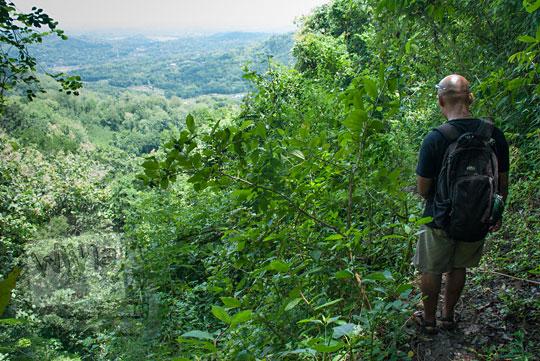 jalan kaki masuk hutan Ngliseng di desa Muntuk, Dlingo, Bantul
