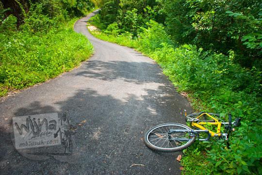 Bersepeda menanjak ke Dusun Ngliseng di desa Muntuk, Dlingo, Bantul