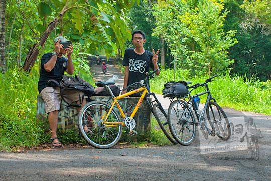 foto bareng pesepeda di perempatan arah ke mangunan dan patuk di Dlingo, Bantul