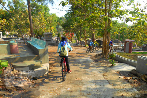 Sensasi bersepeda di dalam kompleks kuburan Cina Gunung Sempu, Bantul, Yogyakarta