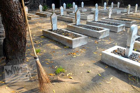 Suasana di dalam kompleks pemakaman trah Mas Samino Hardjowisastro di Bantul, Yogyakarta