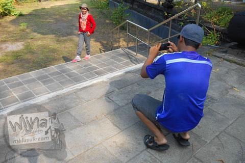 Pose bergaya di kuburan kompleks pemakaman trah Mas Samino Hardjowisastro di Bantul, Yogyakarta
