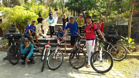 Tim blog Mari Kita Dolan dan Wijna Maw mblusuk? berfoto di pemakaman di Bantul, Yogyakarta