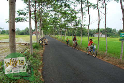 Jalan Raya Pedesaan di Kulon Progo di desa Boro, Banjarasri, Kalibawang