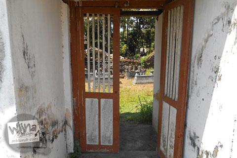 Gerbang masuk ke pemakaman angker dengan Nisan-Nisan Unik di Galur, Panjatan, Kulon Progo