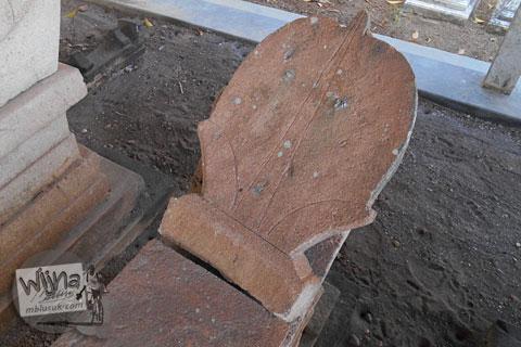 hiasan dekorasi ornamen ukiran di nisan-nisan tua zaman dulu yang ada di pemakaman angker di galur kulon progo