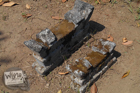 karakteristik bentuk nisan untuk anak-anak dan bayi di jawa yang ada di pemakaman angker di galur kulon progo yogyakarta