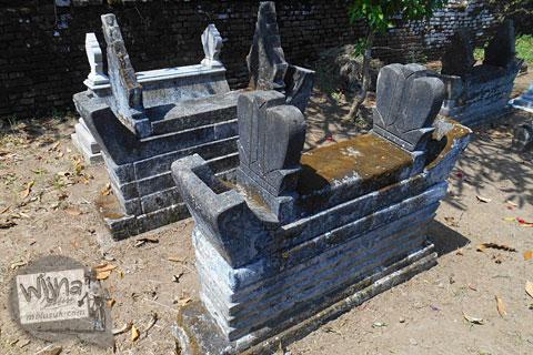 nisan unik yang terbuat dari batu kali di pemakaman kuburan galur kulon progo yang terkenal angker
