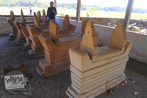 nisan unik zaman dahulu yang terbuat dari tanah liat di pemakaman galur kulon progo