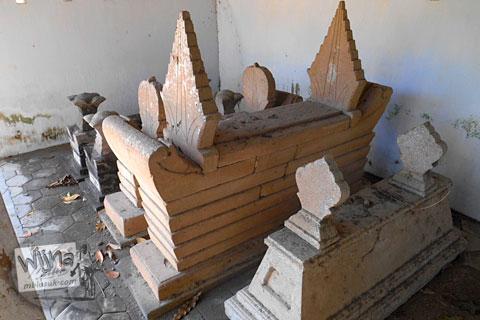 perbandingan ukuran nisan zaman dulu dan nisan modern yang ada di pemakaman angker di galur kulon progo