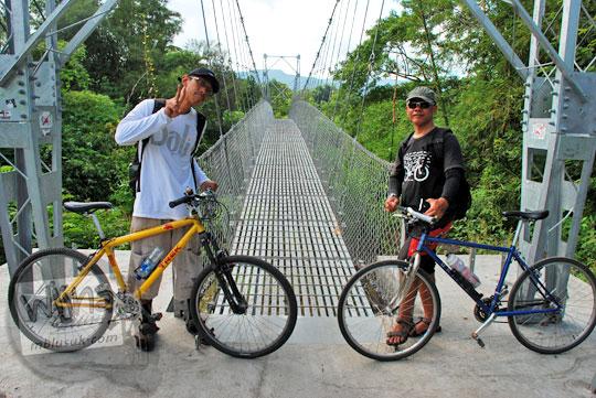 Bersepeda lewat jembatan gantung Bawuran di Pleret menuju obyek wisata Grojogan Kali Bulan Bantul saat zaman dulu