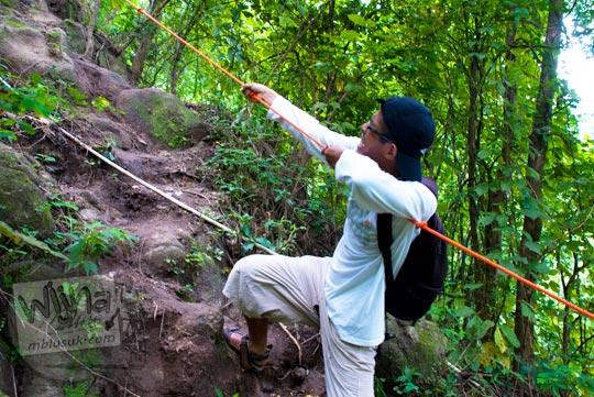 Pengunjung kesulitan mendaki bukit menuju Grojogan Kali Bulan Bantul karena medannya jalan tanah licin