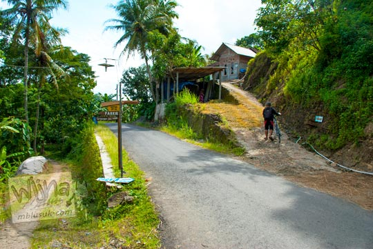 Cabang jalan di pemukiman warga menuju Grojogan Kali Bulan Bantul