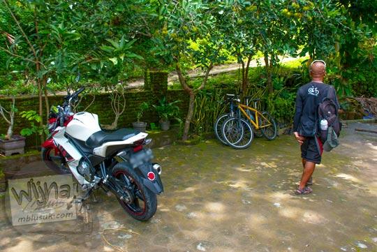 rumah ketua RT Pak Heru digunakan sebagai lokasi parkir Grojogan Kali Bulan Bantul saat zaman dulu