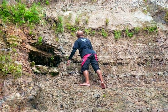 Lubang gua kecil sebagai tempat bertapa dan meditasi di Grojogan Kali Bulan Bantul saat zaman dulu