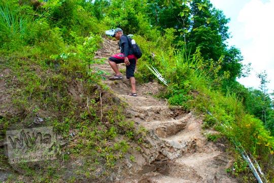 mendaki bukit di sebelah halaman rumah warga menuju Grojogan Kali Bulan Bantul