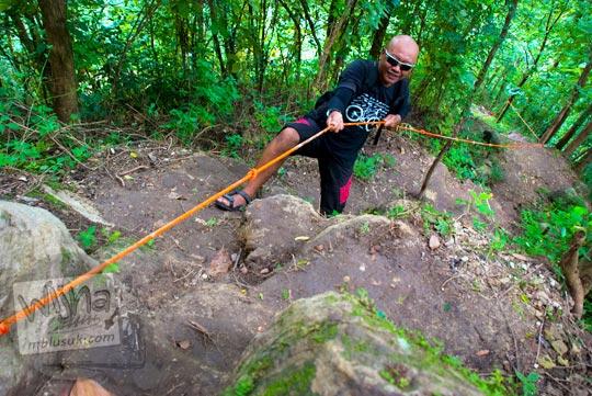 Memanjat bukit dengan bantuan tali menuju Grojogan Kali Bulan Bantul saat zaman dulu