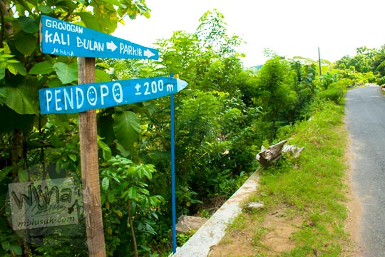 papan arah menuju lokasi parkir kendaraan pengunjung di jalan alternatif wonolelo piyungan Grojogan Kali Bulan Bantul saat zaman dulu