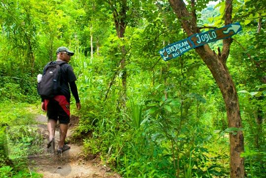 papan petunjuk arah Grojogan Kali Bulan Bantul dan Joglo yang terdapat di dalam hutan belantara