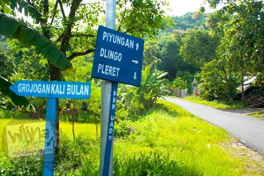 papan petunjuk arah ke Grojogan Kali Bulan Bantul di pertigaan Tanjakan Cinomati desa Wonolelo saat zaman dulu