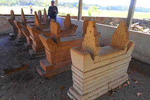 Thumbnail untuk artikel blog berjudul Nisan-Nisan Unik di Pemakaman Galur