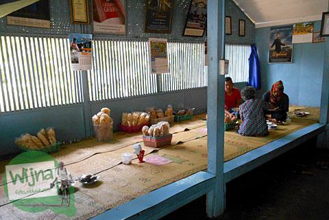 Bersantap nasi merah dengan lesehan ala kampung di Rumah Makan Nasi Merah Pari Gogo di Semanu Gunungkidul dekat jembatan Kali Jirak