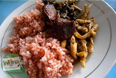 Harga sepiring Nasi Merah beserta lauk empal daging yang empuk dan gurih di Rumah Makan Lesehan Pari Gogo di Semanu Gunungkidul