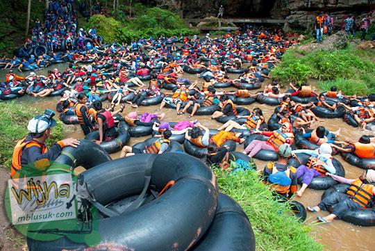Kondisi Gua Pindul di tahun 2015 yang penuh sesak dengan wisatawan