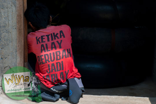 Pemandu alay yang sedang baper tidak mood bekerja di Gua Pindul mendapatkan sanksi pemecatan