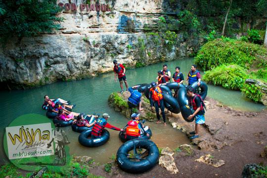 Wisatawan berlatih sebelum memasuki Gua Pindul di Bejiharjo Gunungkidul karena takut kecelakaan mati tenggelam