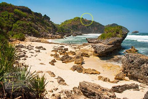 Pantai Watu Bolong di antara Pantai Drini dan Pantai Ngrumput lokasi tempat berkemah, Gunungkidul