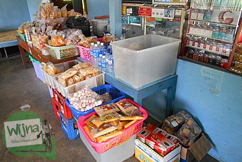 Aneka macam jajanan daerah yang dijual di rumah makan Nasi Merah Pari Gogo di Semanu Gunungkidul