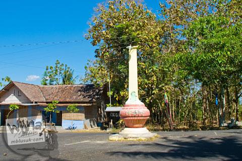 penampakan monumen di pertigaan jalan yang disebut tugu gentong oleh warga desa Bangunjiwo, kecamatan Kasihan, Bantul, Yogyakarta