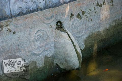 ceruk tempat keluarnya air mengalir pada Sendang Bayutemumpang di Desa Bangunjiwo ini berbentuk seperti vagina atau alat kelamin wanita