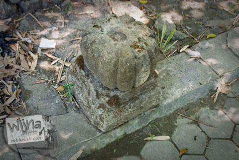 umpak peninggalan bersejarah masa sri sultan hamengkubuwana II yang terdapat di dekat Sendang Bayutemumpang di Desa Bangunjiwo, Kasihan, Bantul, Yogyakarta
