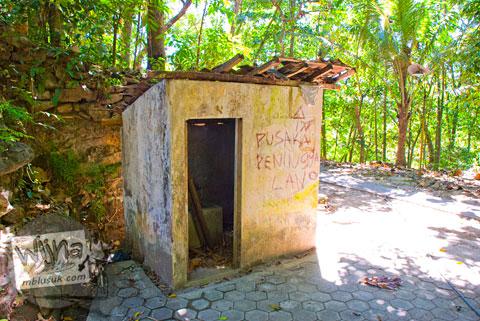 toilet umum kondisi rusak tidak terawat yang ada di dekat Sendang Banyutemumpang di desa Bangunjiwo, Kasihan, Bantul