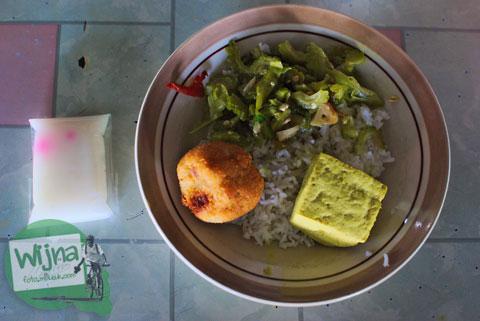 makan nasi sayur dengan lauk cemplon di warung siluk imogiri bantul