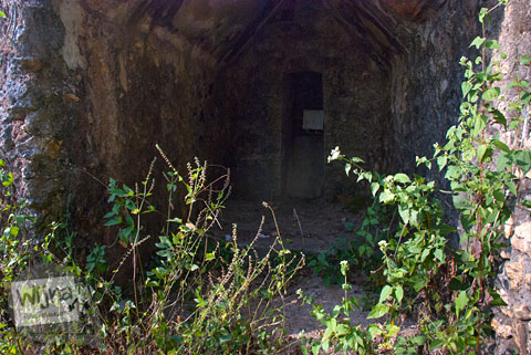 suasana di dalam bangunan tobong gamping di panggang berbentuk mirip kastil yang terbengkalai