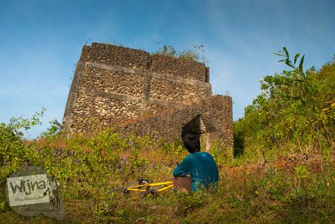 tren foto selfie dengan latar bangunan tobong gamping berbentuk mirip kastil yang ada di girikusumo panggang