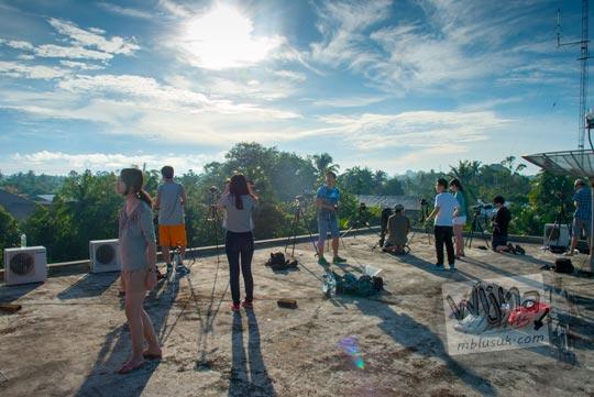 Foto keramaian di atap Hotel Meigah Belitung menjelang terjadinya Gerhana Matahari Total tahun 2016