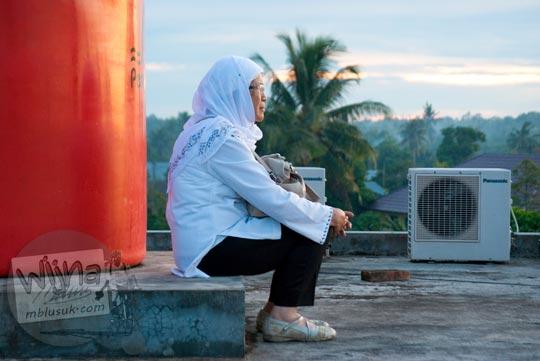 Ibu menyaksikan Gerhana Matahari Total di Belitung di tahun 2016