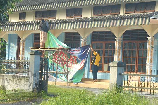 Spanduk ajakan menunaikan salat khusuf atau salat Gerhana di Kelurahan Paal Satu, Kota Tanjung Pandan, Belitung di tahun 2016