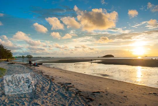 Foto suasana senja saat laut pasang surut di Pantai Tanjung Pendam Belitung di tahun 2016